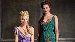 Ilithyia (Viva Bianca) et Lucretia (Lucy Lawless) dans Spartacus