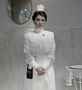 L'infirmière Lucy Elkins (Eve Hewson, accessoirement la fille de Bono, le leader de U2).