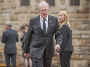 Andrew Lockhart (Tracy Letts) devant Carrie Mathison (Claire Danes)
