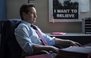 Fox Mulder devant son fameux poster I Want to Believe (une expression récurrent dans cette saison 10)